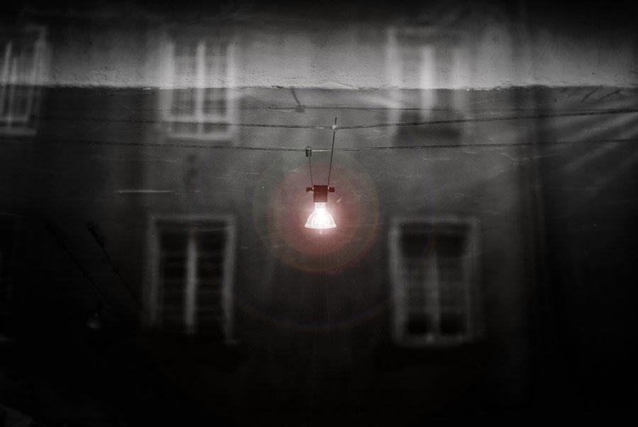Photo représentant la lumière qui scintille dans une triste obsurité